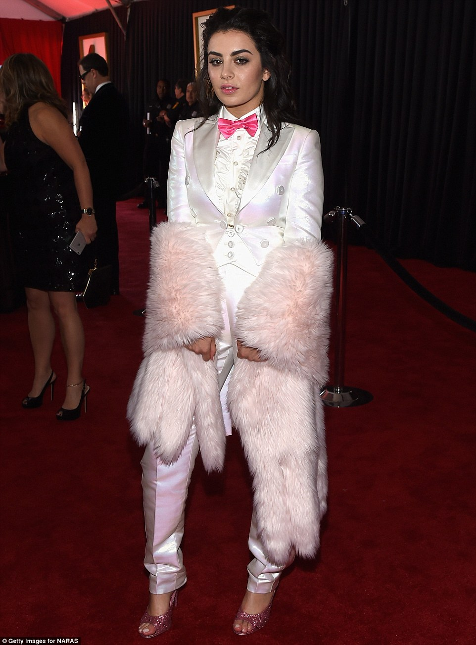257BCFD200000578-2945246-Faux_pas_British_crooner_Charli_XCX_22_turned_up_in_a_shiny_Pink-m-34_1423444480020