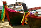 Nastri e fiori sulle barche Thai