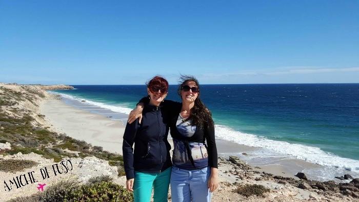 madre e figlia lungo la costa