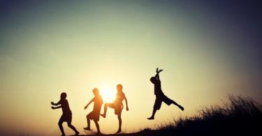 Bambini che giocano all'aperto - Amiche di Fuso